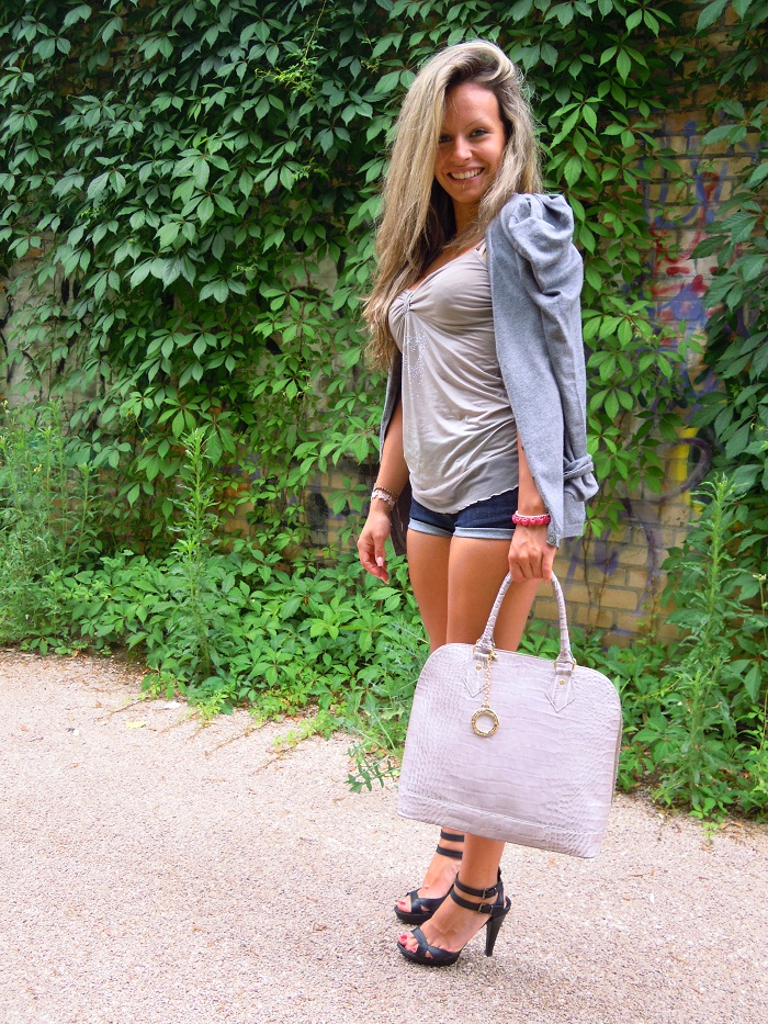 shorts blue denim and sandals