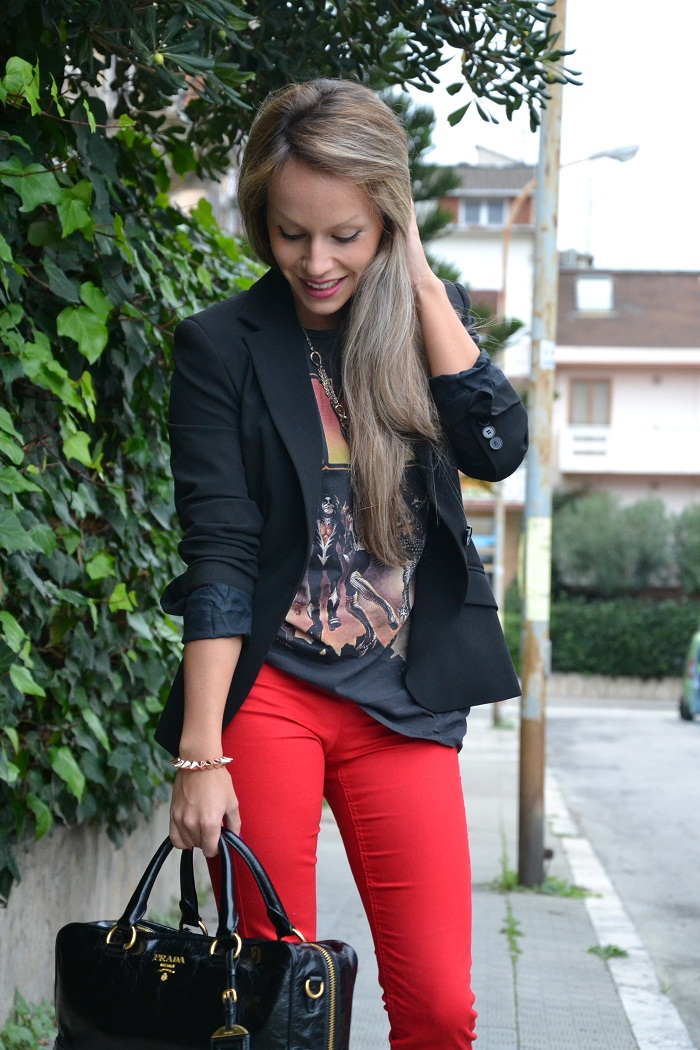 Red pants, kiss t-shirt and Prada bag - It-girl by Eleonora Petrella