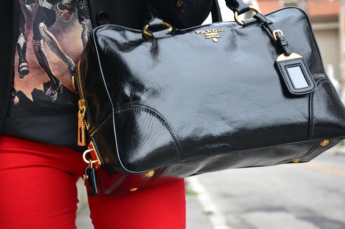 Red pants, kiss t-shirt and Prada bag - It-girl by Eleonora Petrella