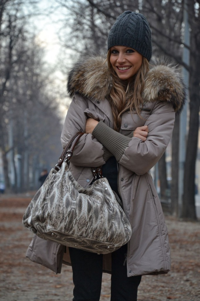 Casual chic: dark grey, sand and python