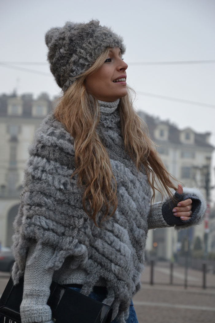 Faux fur cape, gloves and beanie and Elisabetta Franchi bag - It-girl by Eleonora Petrell [...]</p>