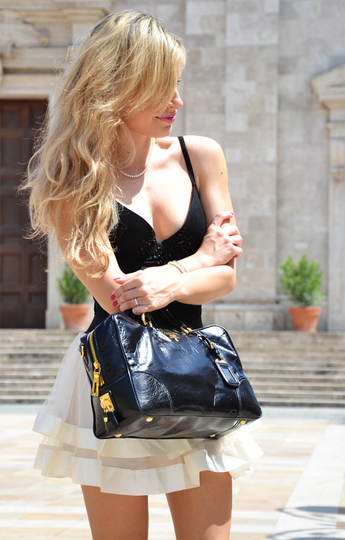 Sheinside lace short skirt, black top and Prada bag - outfit fashion blogger It-Girl by Eleonora Petrella