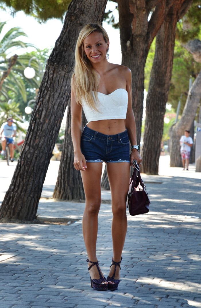 Romwe white lace bandeau, Levi's denim shorts, Zara shoes summer 2013 – outfit fashion blogger 2013 trend crop top