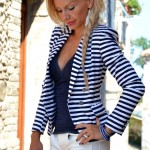 <!--:it-->Messy braid: striped blazer and a touch of red<!--:-->