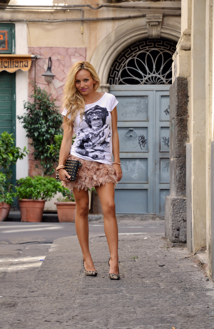 Tract t-shirt con stampe alla moda - feather skirt gonna piume - outfit fashion blogger it-girl by Eleonora Petrella