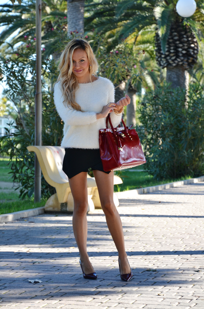 Black Zara skort, fluffy Chicwish sweater, Zara burgundy pumps and Arcadia Bags bolsas – outfit Italian fashion blogger It-Girl by Eleonora Petrella