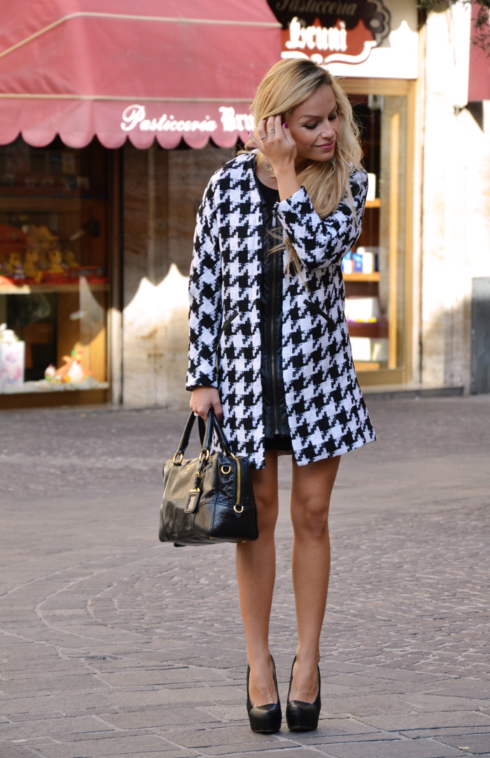 Pied se poule tweed coat, Houndstooth coat, Prada bag and Zara high heels - outfit fashion blogger It-Girl by Eleonora Petrella