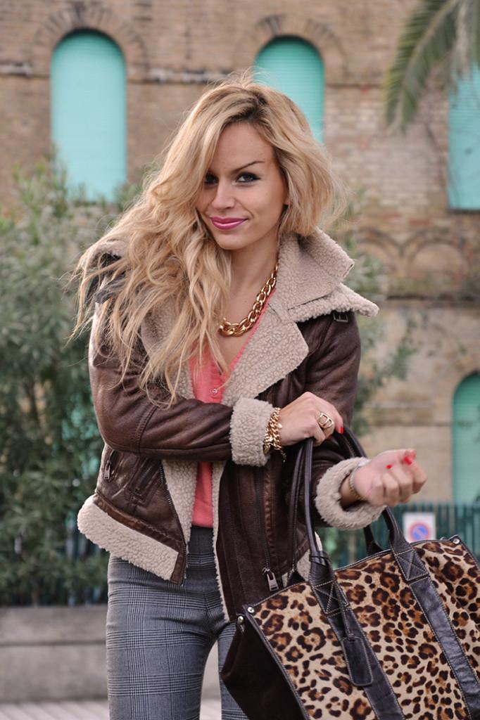 <!--:it-->Sheepskin jacket, salmon sweater and high waisted pants<!--:-->