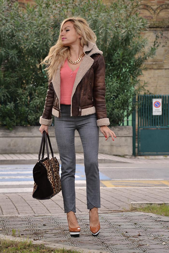 Sheepskin jacket, shearling coat, giacca montone, pantaloni a vita alta Zara, tacchi alti Zara, borse Arcadia bags – outfit Italian fashion blogger It-Girl by Eleonora Petrella – look fall winter 2013-14