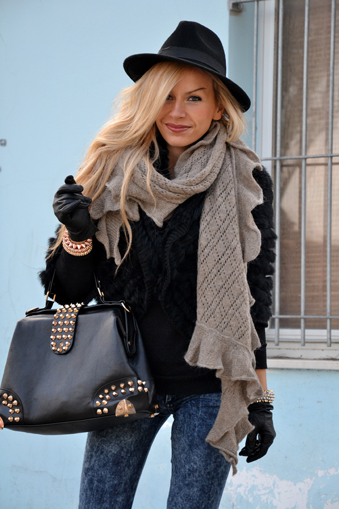 Faux fur jacket, blue skinny jeans, ankle boots, Oasap bag – best fall winter look It-Girl by Eleonora Petrella