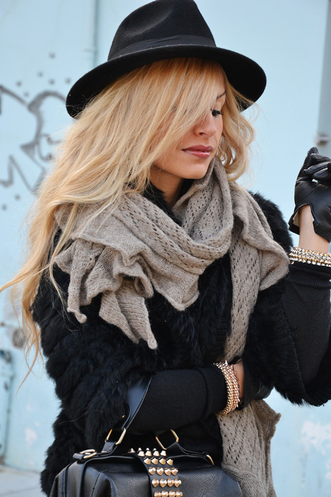 <!--:it-->Fur jacket and leather gloves<!--:-->
