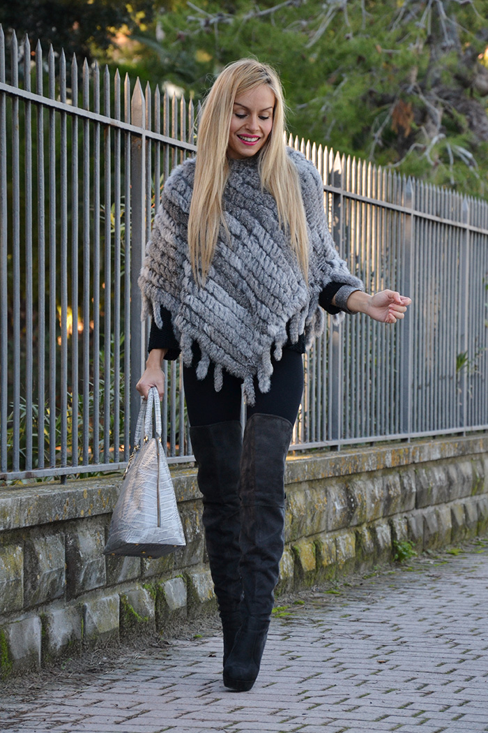 9minutes App, faux fur cape, calda mantella inverno, stivali alti sopra il ginocchio, over the knee boots. Arcadia bags - outfit italian fashion blogger It-Girl by Eleonora Petrella