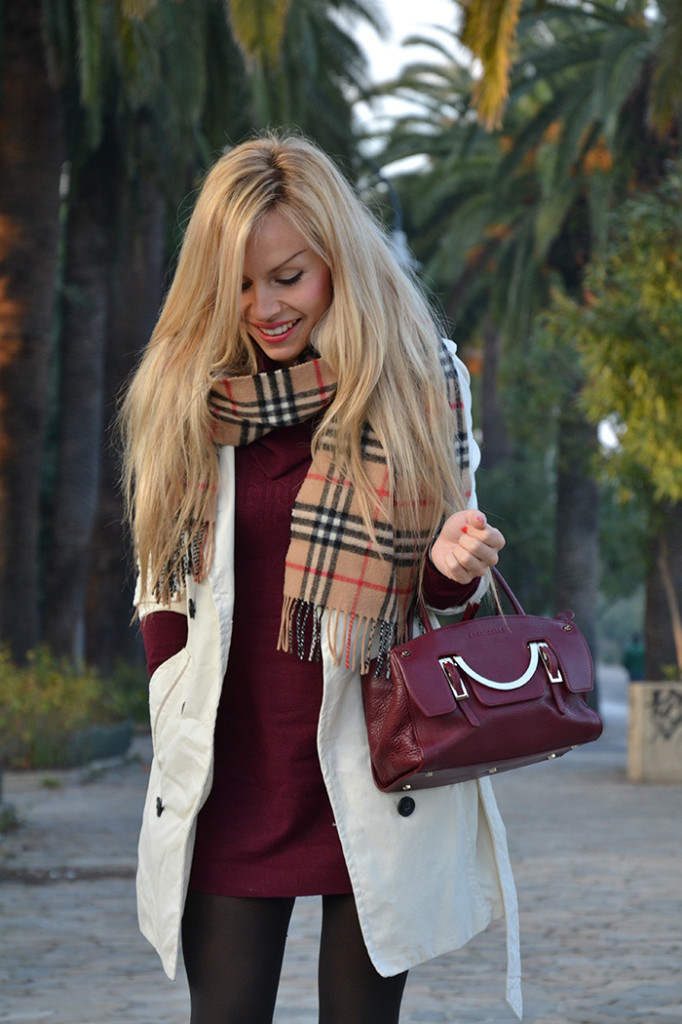 <!--:it-->White trench and Burberry scarf<!--:-->