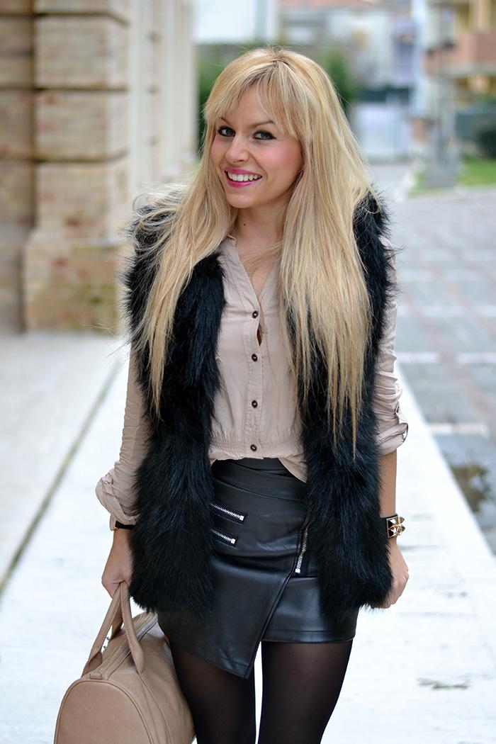 Leather skirt, Sheinside faux fur vest, Steve Madden Leena heels – outfit elegant chic Italian fashion blogger It-Girl by Eleonora Petrella