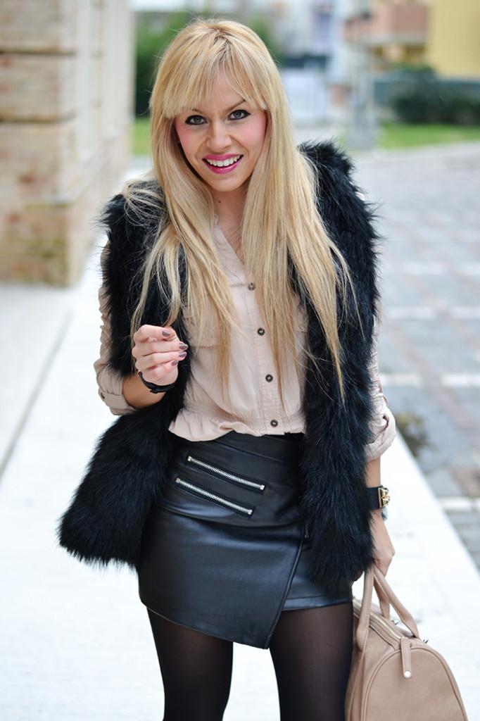 <!--:it-->Black fur vest<!--:-->