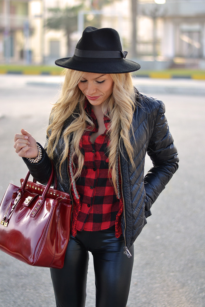 Plaid print shirt winter 2014, liquid leggings, Converse All star, black fedora hat – outfit sporty chic Italian fashion blogger It-Girl by Eleonora Petrella