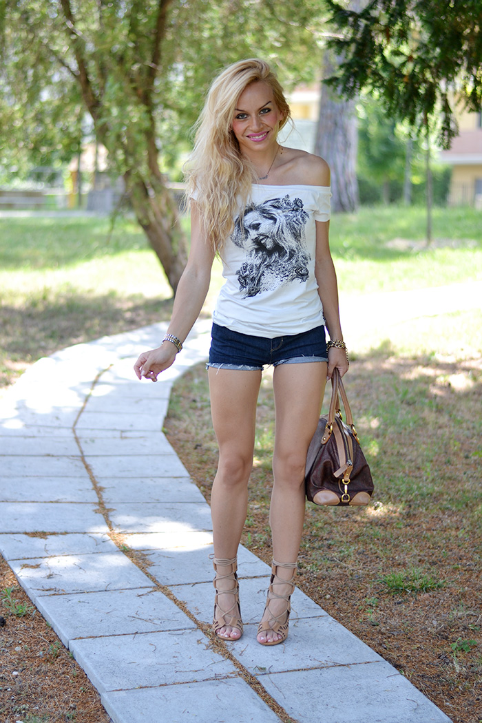 lace up sandals, lace up shoes, Zanotti shoes, denim jeans shorts, Auronia t-shirt magliette personalizzate - outfit italian fashion blogger It-Girl by Eleonora Petrella
