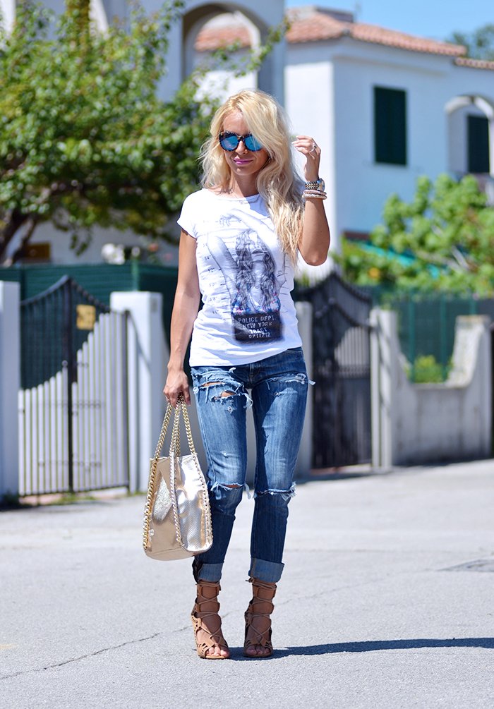 Tract t-shirt con stampe, ripped jeans, Replay jeans strappati, jeans con strappi, lace up high heels - Outfit italian fashion blogger It-Girl by Eleonora Petrella