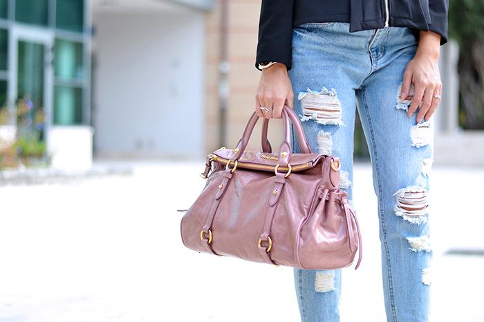Giorgia&Johns, black jacket, come indossare una giacca nera, giacca elegante e jeans, ripped jeans strappato, Miu Miu bow bag, borse rosa Miu Miu sconti - outfit italian fashion blogger It-Girl by Eleonora Petrella
