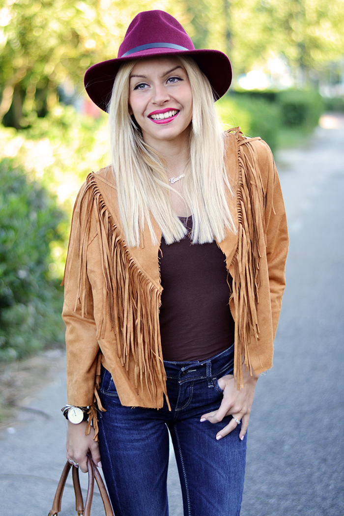 Suede fringed jacket, camel jacket, Chicwish spedizioni Italia, fedora Borsalino burgundy, jeans a zampa, flared jeans – Italian fashion blogger It-Girl by Eleonora Petrella