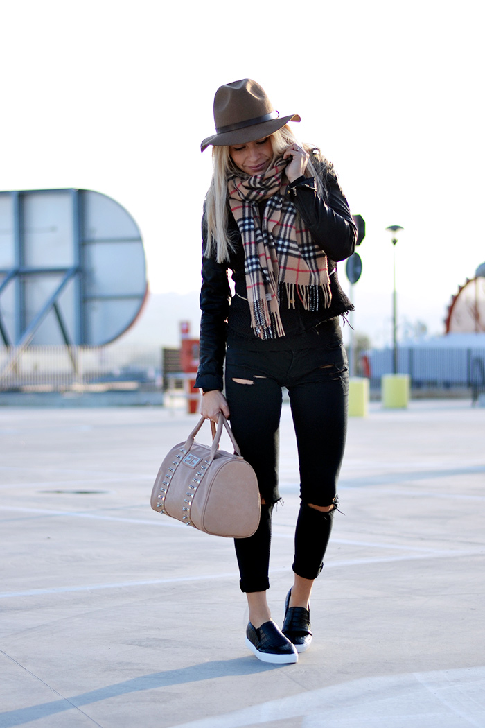 Black slip on sneakers, Chicwish Italia spedizioni, Ripped jeans strappati, fedora hat, sciarpa Burberry scarf - outfit It-Girl by Eleonora Petrella