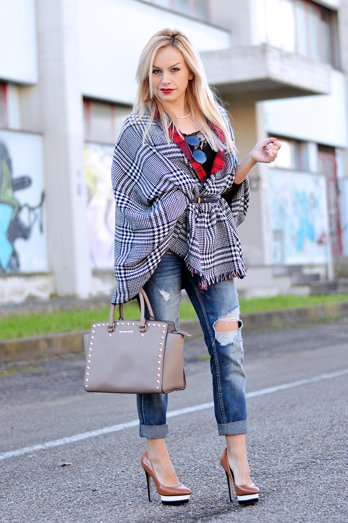 how to wear boyfriend ripped jeans, jeans strappati, wear a scarf as a coat, Blackfive spedizioni  [...]</p> 			</div> 			 							<div class=