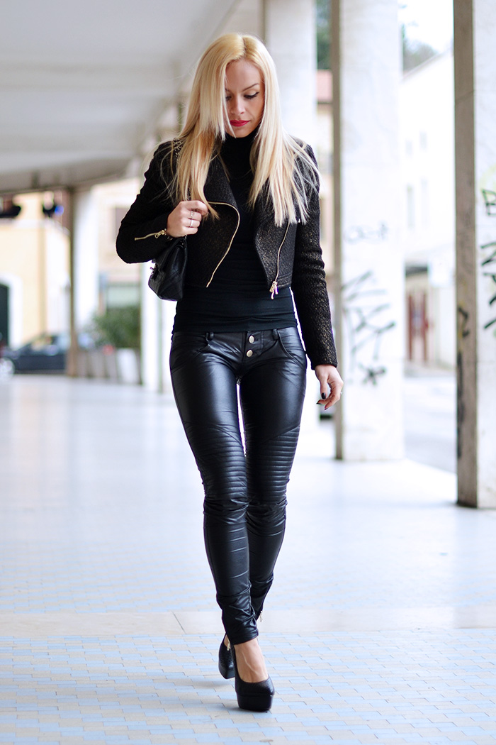 Ventifive abbigliamento, saldi inverno 2015, leather pants, pantaloni ecopelle, pantaloni pelle motociclista, biker jacket, Chanel bag, tracolla Chanel, fashion blogger It-Girl by Eleonora Petrella