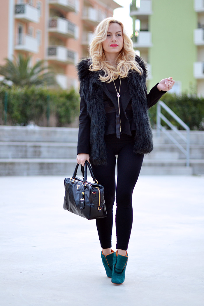 KAAAK shoes, Simon Knack boots, total black outfit fashion blogger, total black outfit ideas, faux fur  [...]</p> 			</div> 			 							<div class=