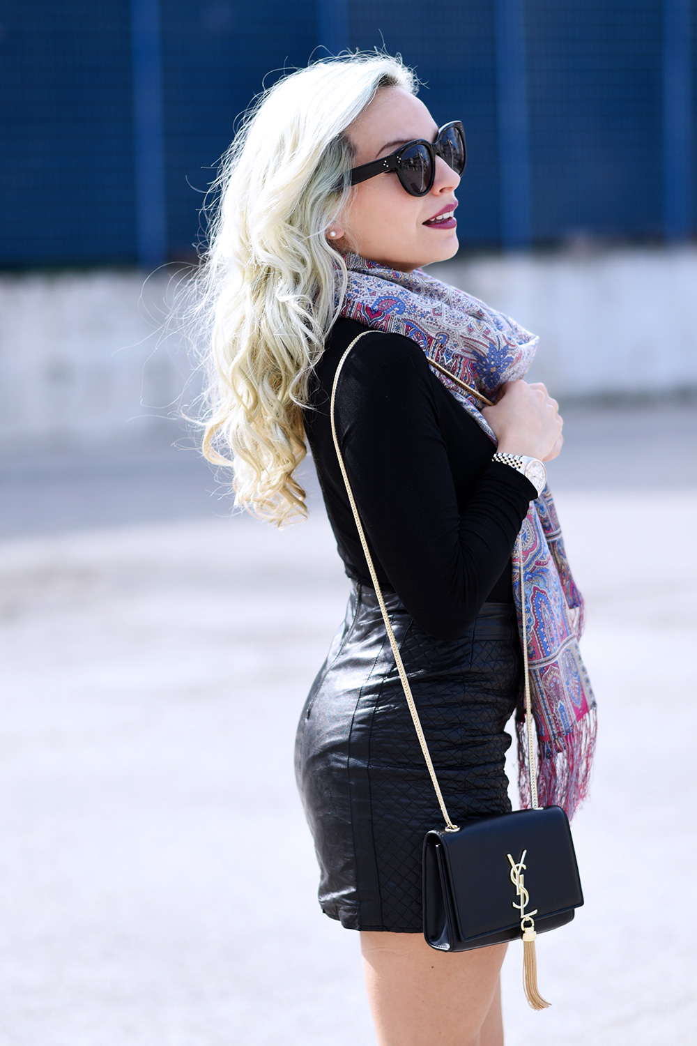 Luxyra scarf, russian scarves, total black look, total black outfit ideas, leather skirt, lace up sandals – outfit Italian fashion blogger It-Girl by Eleonora Petrella