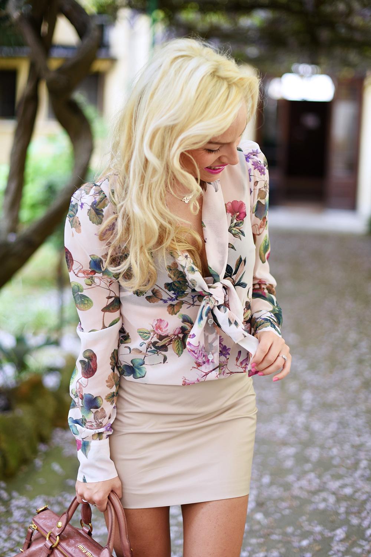 Ventifive abbigliamento, camicia a fiori, gonna in ecopelle, come indossare una mini gonna in pelle, look femminili primavera, Miu Miu bags - It-Girl by Eleonora Petrella