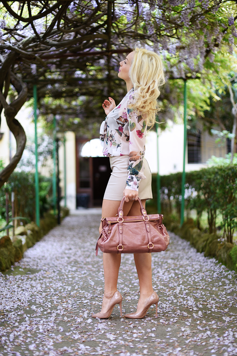 Ventifive abbigliamento, camicia a fiori, gonna in ecopelle, come indossare una mini gonna in pelle, look femminili primavera, Miu Miu bags - It-Girl by Eleonora Petrella