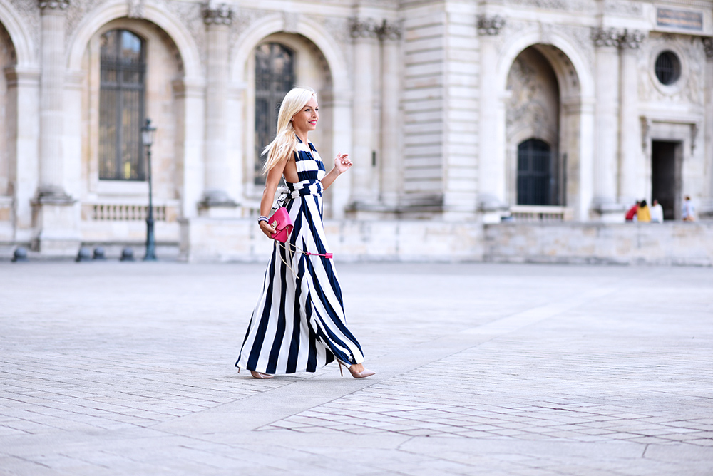 musée du Louvre photo, fare foto a Parigi, come vestirsi a Parigi, long dress, striped dress, vestiti lunghi, vestiti a righe, come indossare le righe - outfit fashion blogger It-Girl by Eleonora Petrella