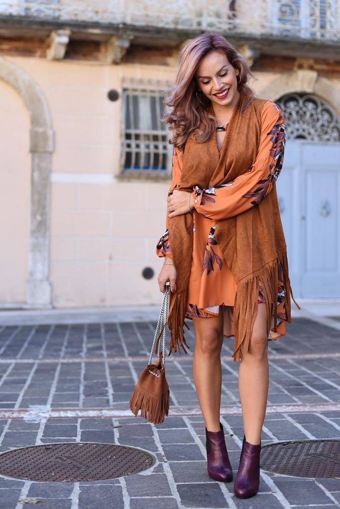 Gilet con frange + vestito autunnale + ankle boots