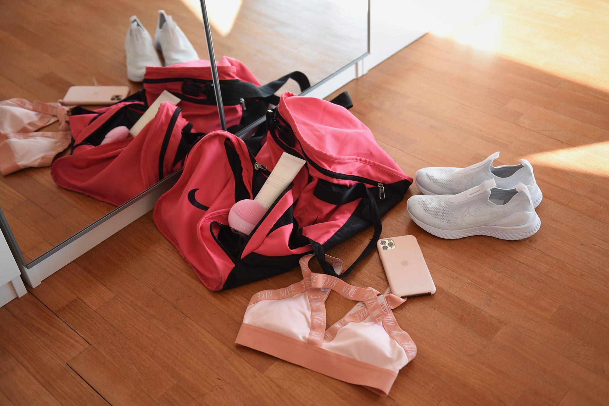 Cura della pelle post allenamento con FOREO LUNA mini 3 Pearl Pink, borsa da palestra